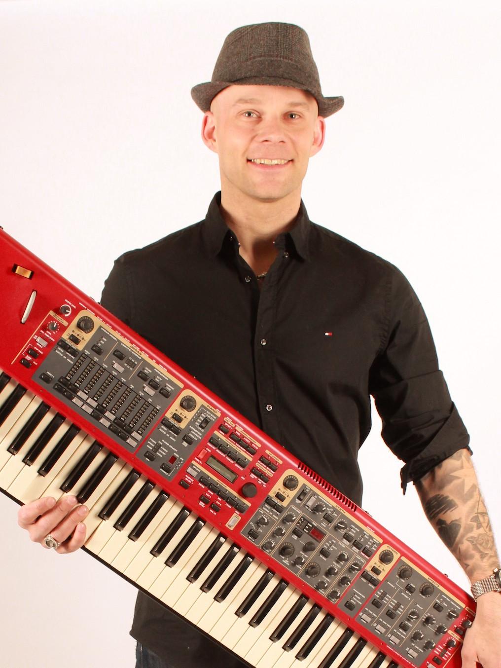 Johannes keyboard Renki Renkiband taustalaulaja