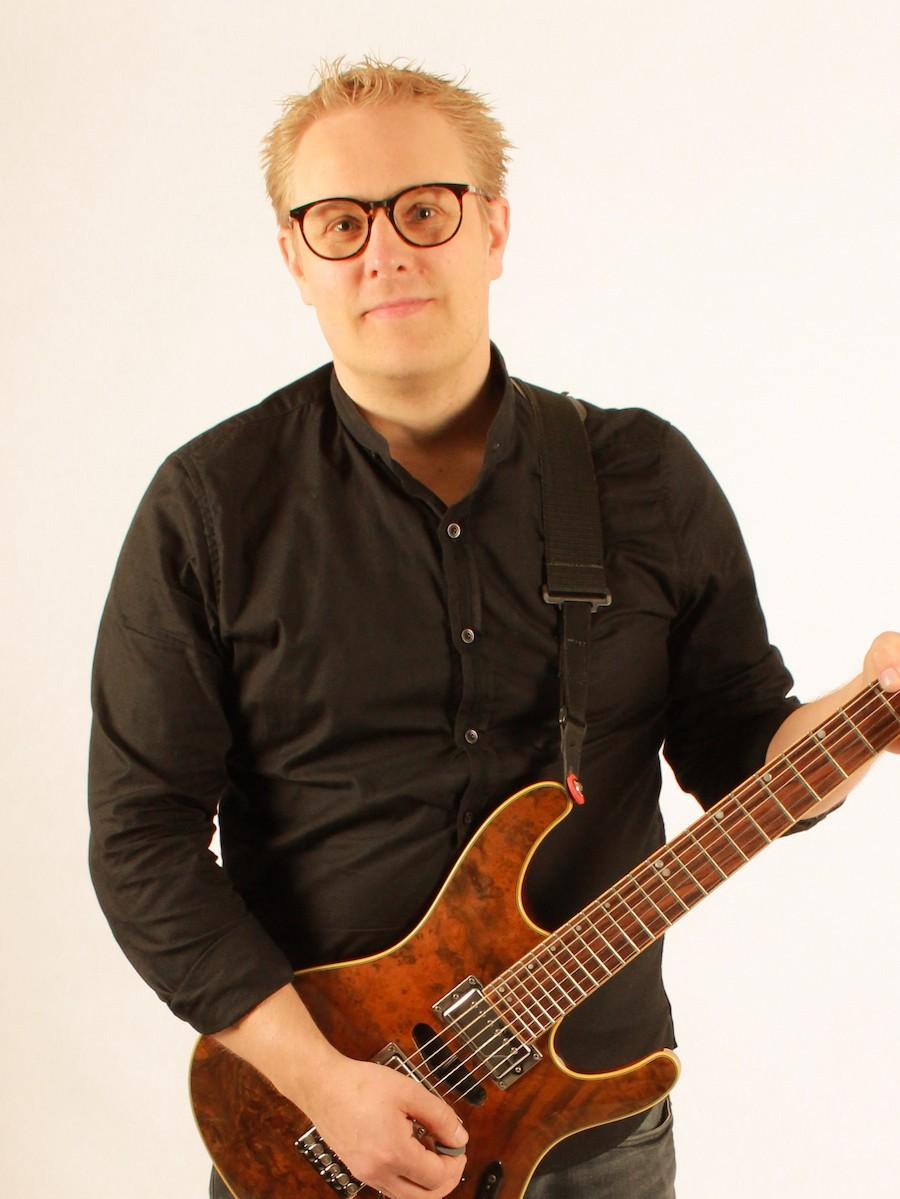 Sami Kaarakainen kitaristi Renki Renkiband taustalaulaja